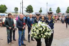 Представители Северо-Западного территориального управления Федерального агентства по рыболовству возложили цветы памятнику морякам и создателям флота России