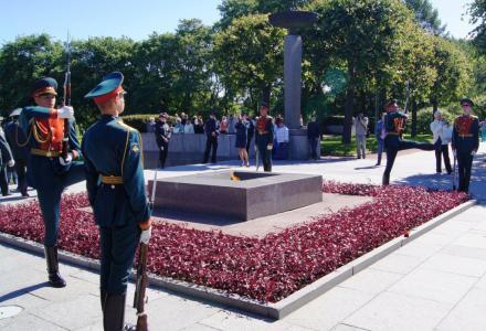 В День памяти и скорби сотрудники Северо-Западного теруправления Росрыболовства возложили цветы на Пискаревском мемориальном кладбище